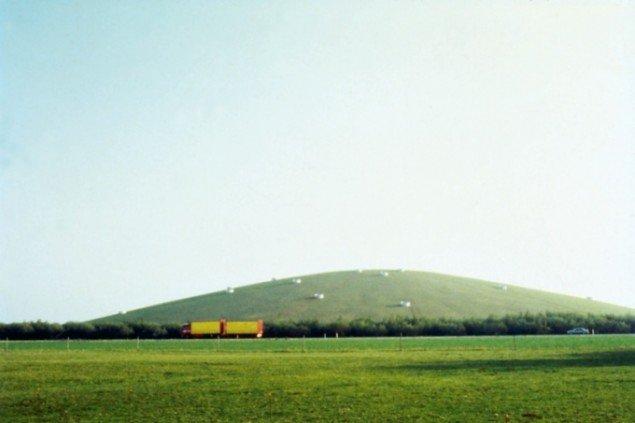 Earthsculpture, 2001, jordskulptur i Esbjerg, med arkitekt Steen Høyer. Foto: Steen Høyer.
