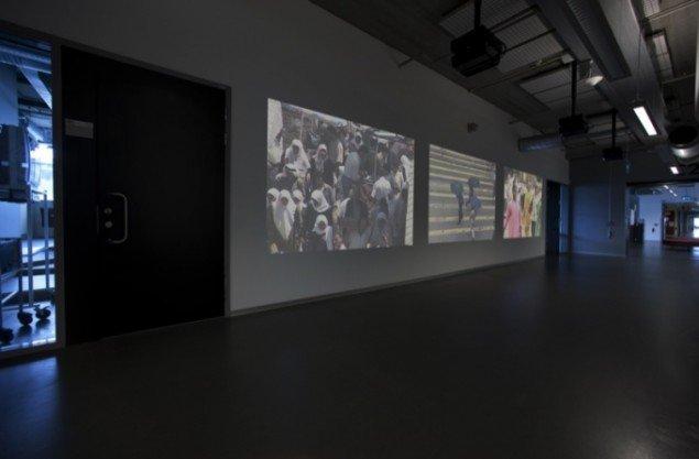 CROWDS, 2009, permanent videoinstallation på Högskolan Orkanen i Malmø. Pressefoto.