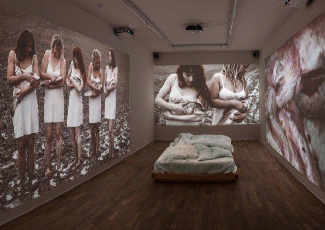 Udstillingsview med Katja Bjørns værk Sov min elskede, 2012. Pressefoto