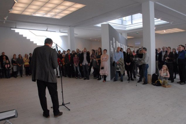 Det Jyske Kunstakademis rektor Jesper Rasmussen holder åbningstalen. Foto: Ole Bak Jakobsen.