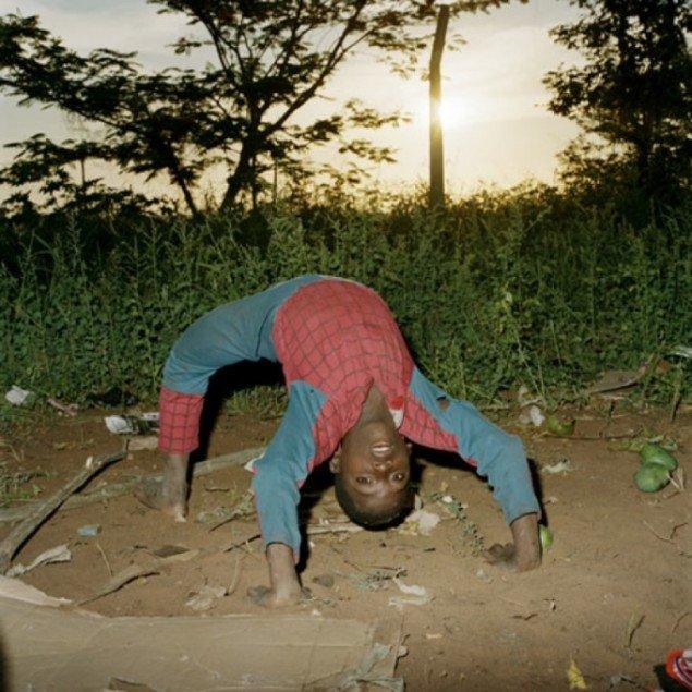 Spiderman fra serien Maputo Diary af Ditte Haarløv Johnsen.