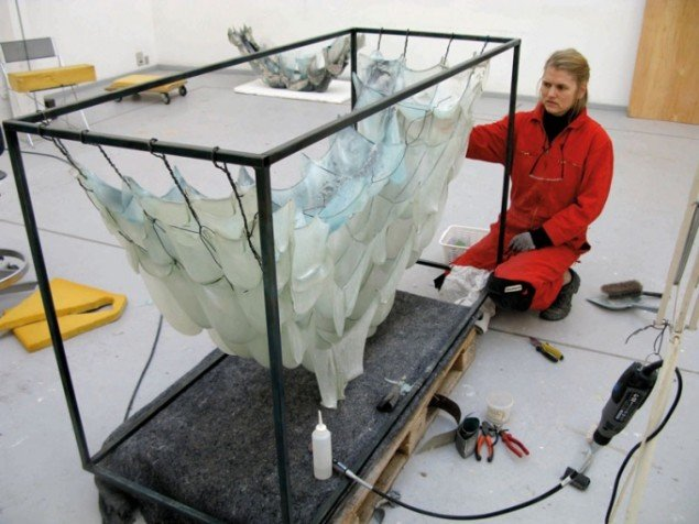 Pipaluk Lake betragter resultatet fra brændingen på Statens Værksteder for Kunst. (Foto: Jesper Palm)