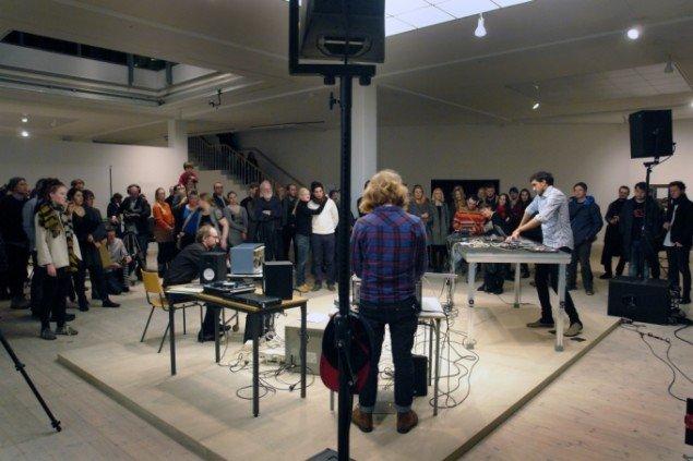 Åbningen bød på performance hvor Tarek Atoui mfl. spillede på Kurenniemis instrumenter. Foto: Jens Møller