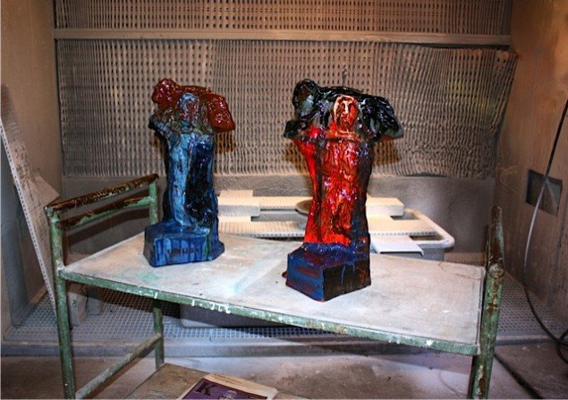 Hyrde med lam - nye figurer af Peter Brandes venter på godkendelse på rullebord foran sprøjteskabet, hvor der farvelægges. Foto: Trine Rytter Andersen