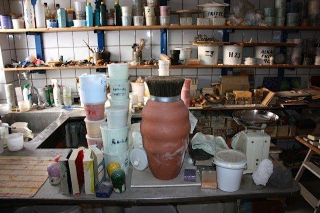 Man skal vide hvad der er i de mange spande og flasker. Gunhild Rudjord har styr på kemien. Foto: Trine Rytter Andersen