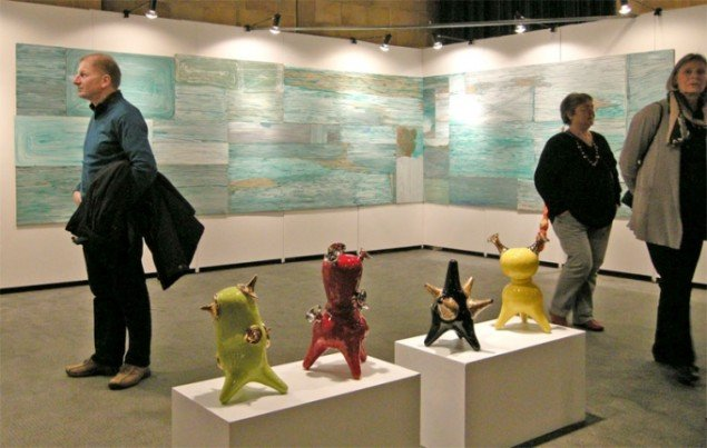 Vægværk af Ellen Hyllemose og porcelæn af Michael Geertsen hos Galleri Specta