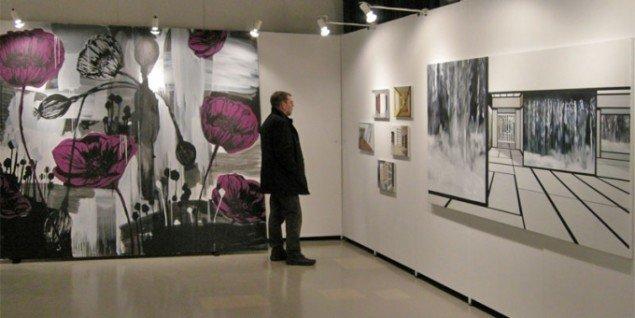 Adam Saks havde leveret messens største maleri. Her sammen med værker af Anette Harboe-Flensburg