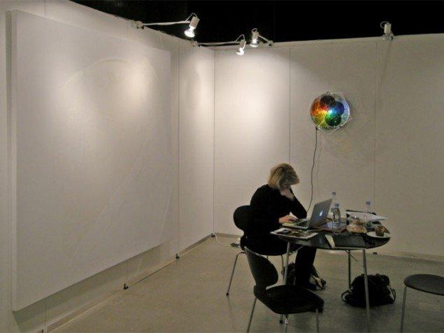 Andersen's Contemporary delte stand med Susanne Ottesen. Her med maleri af Daniel Lergon og lysværk af  Olafur Eliasson