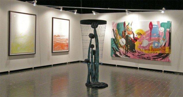 Nils Stærk havde fået hele scenen i kongreshallen og benyttede muligheden til at præsentere store værker af galleriets kunstnere. Her skulptur af Matthew Ronay