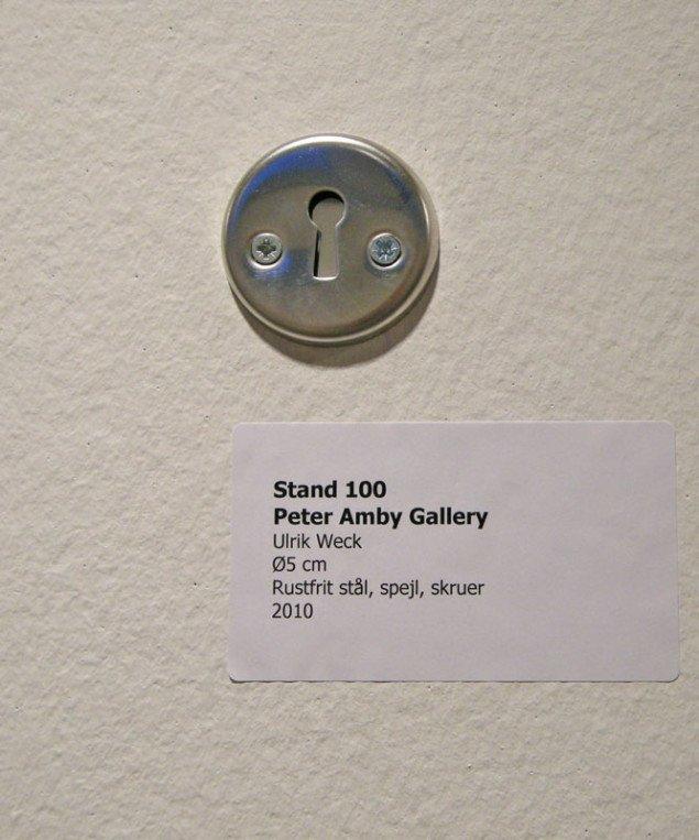 Her værk af Ulrik Weck bestående af et nøglehul med spejl