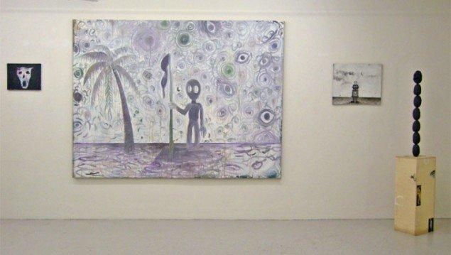 Malerier af Jens Birkemose og Anders Brinch. Til højre udstillingens eneste skulptur