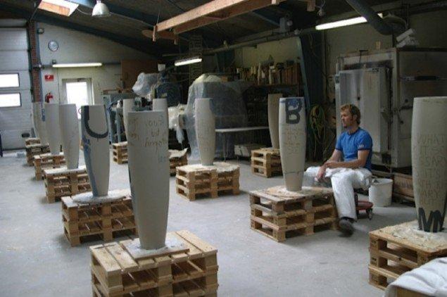Magne Furuholmen arbejder med glasur og skrift på sine karakteristiske høje og slanke krukker. Pressefoto