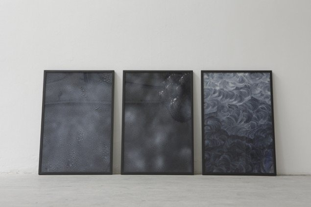 Wet Wipe Acrylic glass, paint, frame 3 pieces of 93 x 63 cm each, Foto: Kristoffer Juel Poulsen.