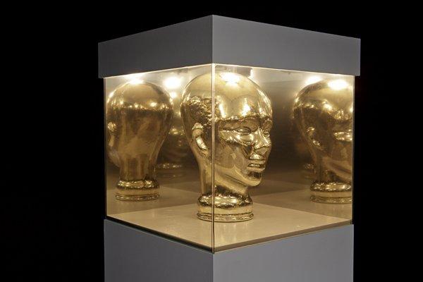 Et spejl af et spejl, 2012 MDF, mannequin head made of mirror, two-way mirror, Foto: Kristoffer Juel Poulsen.