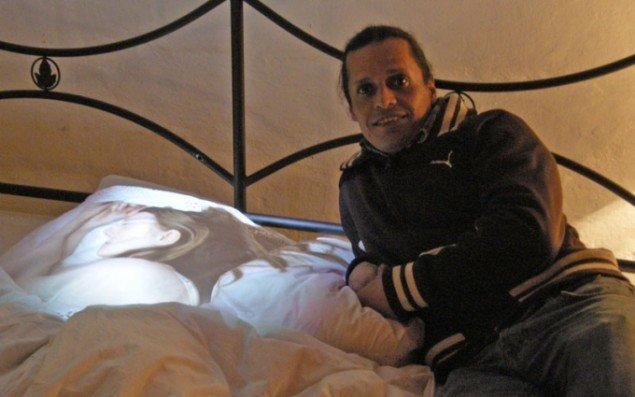 Kunstneren Gabriel Hernández i Drømmerummet ved siden af den sovende kvinde. Foto: Amalie Frederiksen