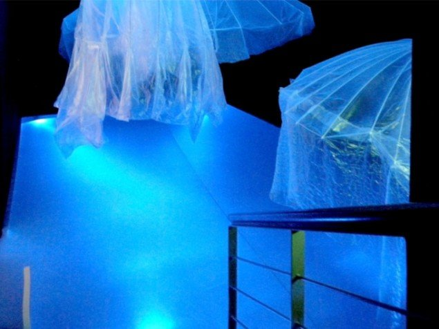 Installationsview fra kælderen med de enorme vandmænd svævende fra loftet. Foto: Amalie Frederiksen