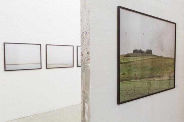 Værker fra jagtserien How to Hunt. I forgrunden Rævebakke Syd, 2005.  120 x 150 cm, i baggrunden Langjord, 2007 (detalje). Foto: Niels Fabæk