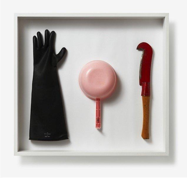 Some Empty Hands, 1992 er et af de meget sære og smukke værker og et eksempel på hvordan kunstneren bruger 'fundne objekter'. Pressefoto