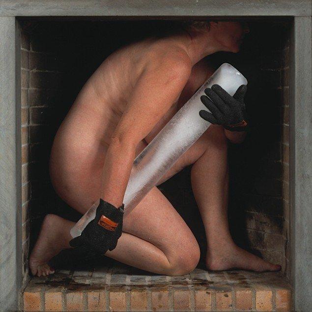 Melting in Time # 4,  2002. Nøgen kvinde, istav, kamin. Smeltetid i bogstavelig og følelsesmæssig forstand er et tema, som går igen i Justesens arbejde.  Pressefoto