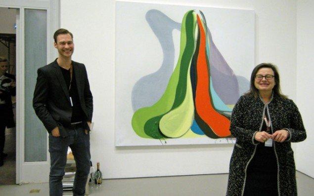 Susanne Ottesen  og assistens Sophus Gether med maleri af Morten Buch.