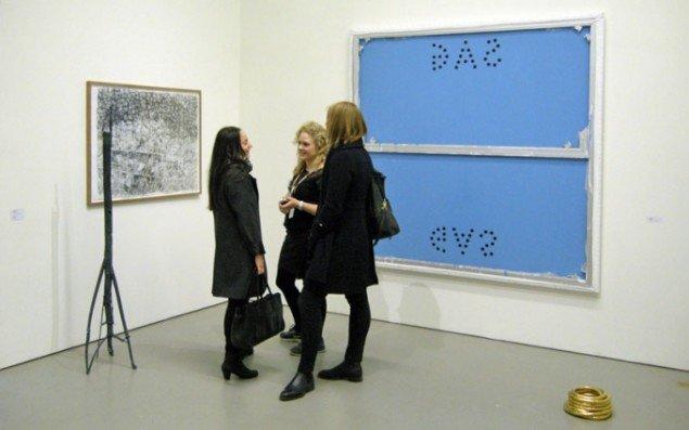 Susanne Ottesens stand med værker af henholdvis Emil Westman Hertz og Troels Wörsel. Stående i midten er gallerist Anna Bohman fra ANNAELLEGALLERY i Stockholm.