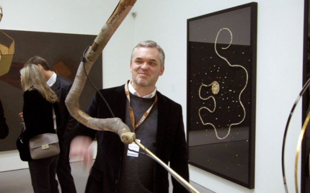 Gallerist Klaus Andersen fra Andersen's Contemporary blandt værker af Anna Fro Vodder.