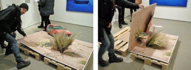 Kunster Andreas Johansson viser sit foldbare værk frem hos svenske Flach.
