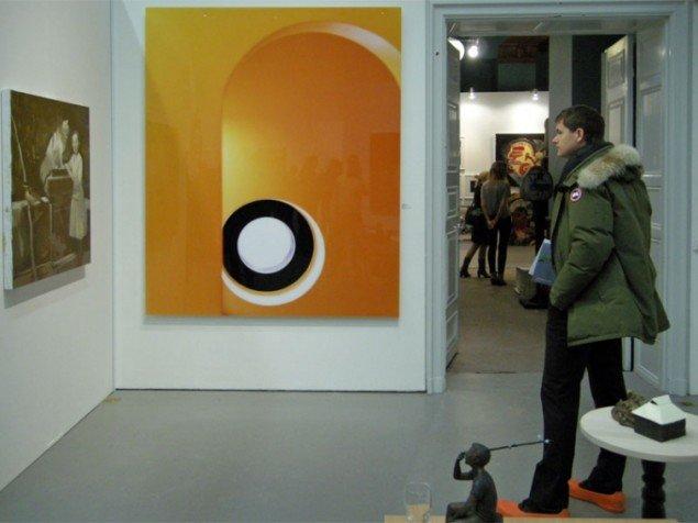 Hos det norske galleri Brandtstrup matcher kunsten og publikums sko. Orange værk af Ole Kolehmainen.