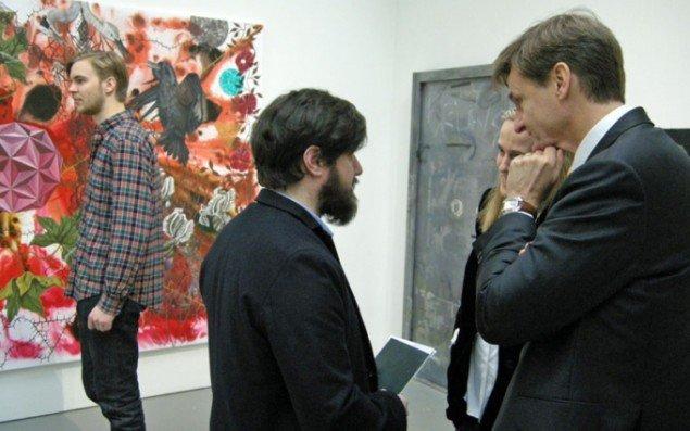 Gallerist David Risley i midten i samtale.