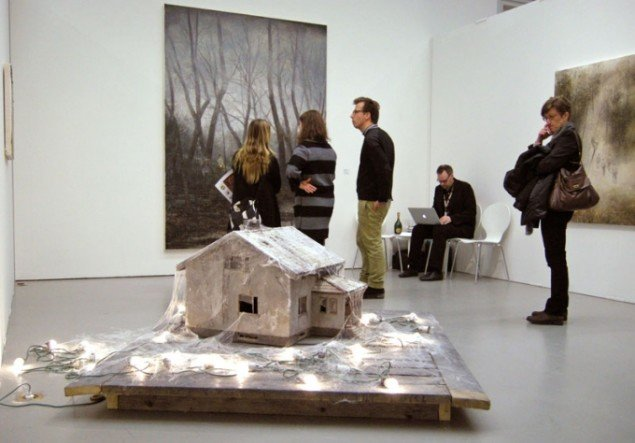 Tableau i forgrunden af Jarmo Mäkila hos finske Galerie Forsblom.
