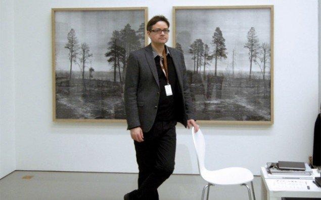 Gallerist Peter Lav fra Peter Lav Gallery i København foran værker af den danske fotograf Adam Jeppesen.
