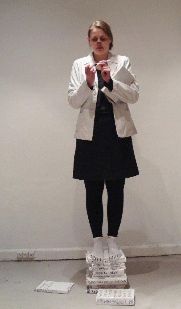 Ulla Hvejsel under aftenens første performance. Foto: Sandra M. Nielsen
