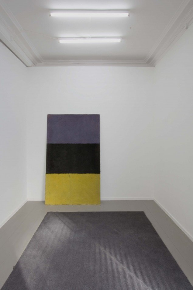 Untitled (flag) No. 7, 208.3 x 125 cm, commercial carpet, industrial paint, heavy-duty glue and aluminum, 2013. Foto: Henningsen gallery