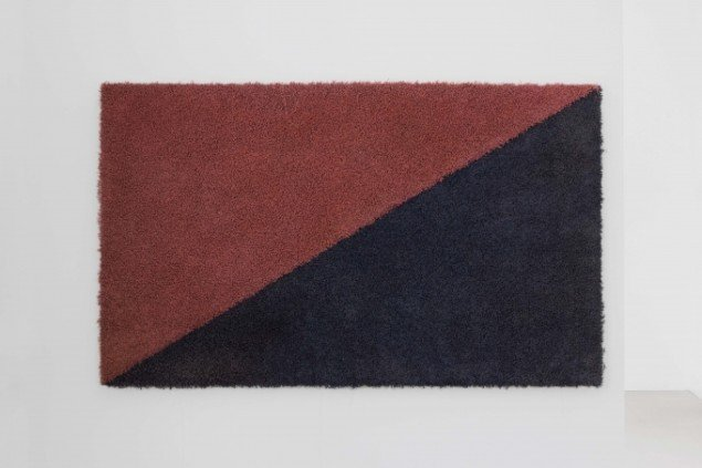 Untitled (flag) No. 6, 90 x 150 cm, Commercial carpet, industrial paint, heavy-duty glue and aluminum, 2013. Foto: Henningsen gallery