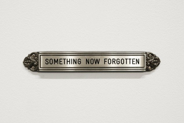 Nostalgia, Brass sign 3,7 x 24,6 x 1 cm Edition of 5 + 2 AP, 2009. Foto: Henningsen gallery