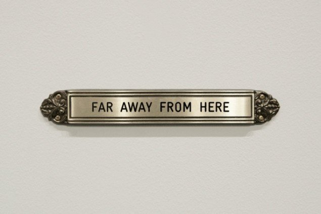 Untitled, Brass sign 3,7 x 24,6 x 1 cm, 2012. Foto: Henningsen gallery