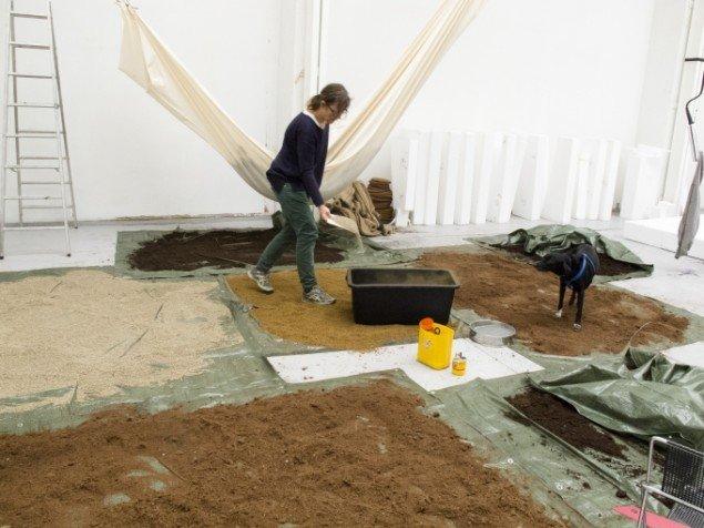 Marianne Jørgensen under arbejdet med den kommende udstilling Entropia ved ved Statens Værksteder for Kunst. (Foto: Kirstine Autzen, SVK)