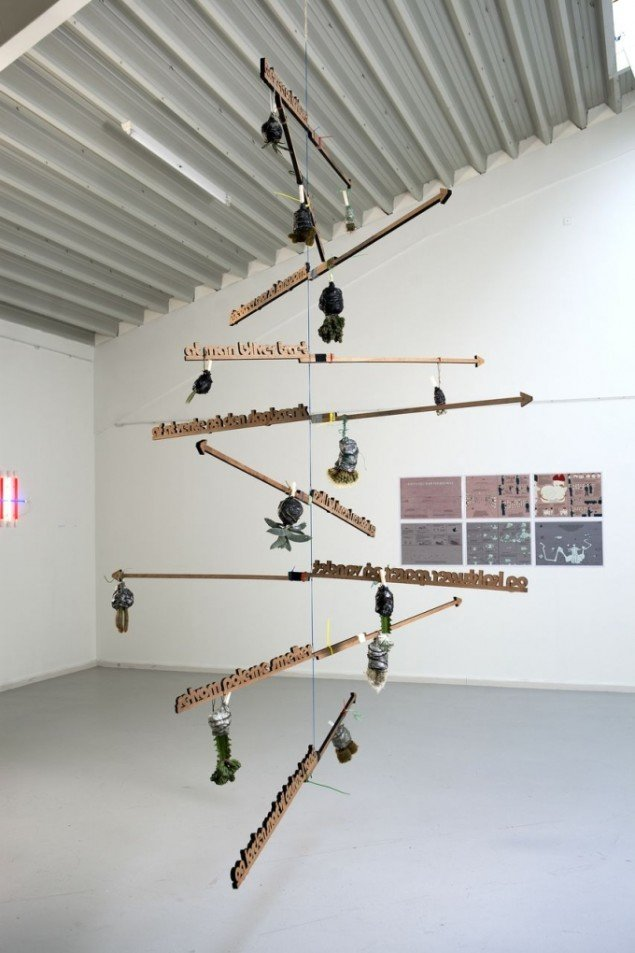 Jette Gejl: Egetræer og kaktusser. Egetræ og diverse materialer. Foto: Nils Rosenvold