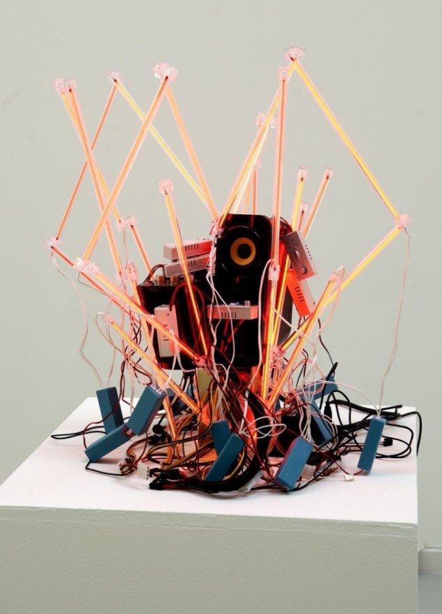 Hekla Dögg Jònsdòttir: Dit hjerte. Skulptur. Diodelys, højtaler. Musikker er kærlighedssange komponeret til værket. Foto: Nils Rosenvold