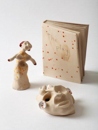 Kathrine Ærtebjerg: Uden titel, 2013. Porcelæn og lertøj. Fra serien Symbolistiske skulpturer. Foto: Jan Søndergård