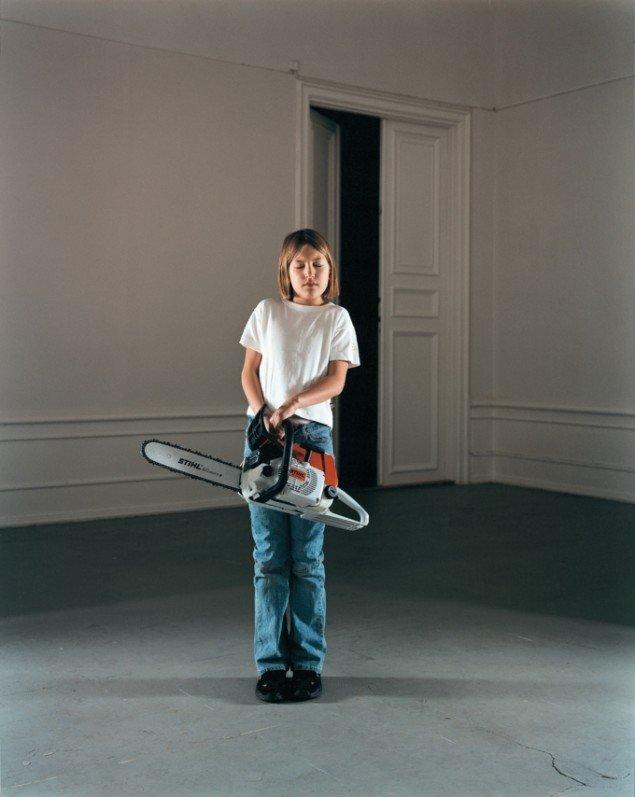 Annika von Hausswolff: Flicka med motorsåg, 2002. Foto: Annika von Hausswolff, Aros