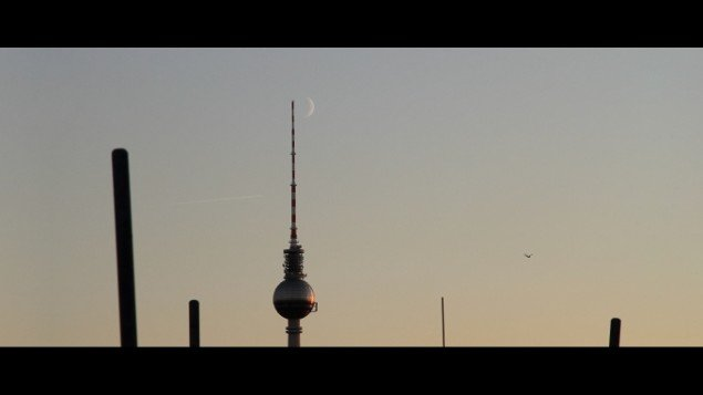 Stillbillede The Moon, Kids, Birds and Aeroplanes, 2011. 9 : 44 min  Digital video med lyd / with sound