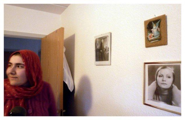 Kerstin Bergendal på besøg hos Huda. Fra udstillingen Tyve Dage i Viborg - en Rejse. Foto: Presse