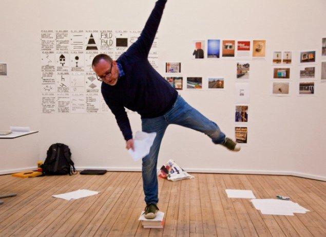 claus ejner: En reference til det at være en rulle malertape. Performance. Foto: Else Ploug Isaksen