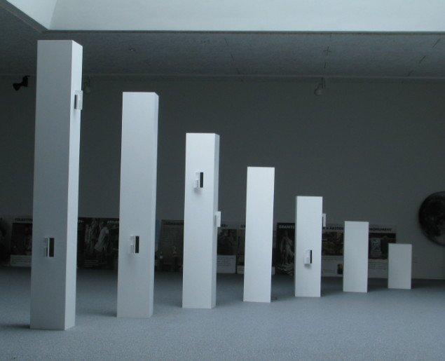 Campanile, 2011. Bemalet mdf, 30 x 30 x 60, 90, 120, 150, 180, 210, 240 cm.    Foto: Lene Desmentik