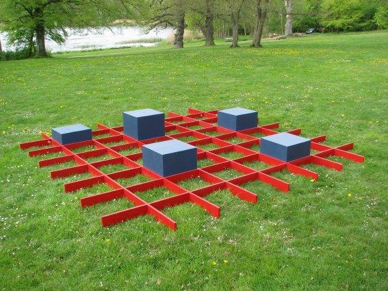 Grid, 2009. Bemalet træ, 420 x 420 x 50 cm. Foto: Lene Desmentik