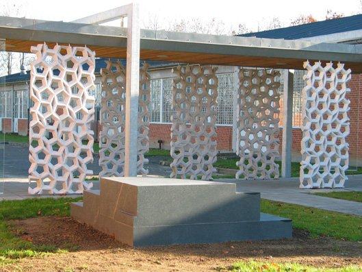In Between Spaces, 2003. Udsmykning til Hærens Hovedværksted,     Værkstedsområde Brødeskov. Bianco Cristal og Blå Rønne granit. Foto: Lene Desmentik