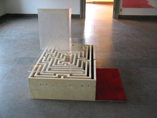 Labyrinten er husets sokkel, 2004. Akryl, glasfiber, finér og tæppe. 81 x 100 x 137 cm. Foto: Lene Desmentik