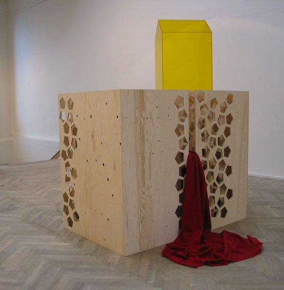 Labyrinten er husets sokkel II, 2005. Akryl, finér og uldstof.    190 x 120 x 245 cm. Foto: Lene Desmentik