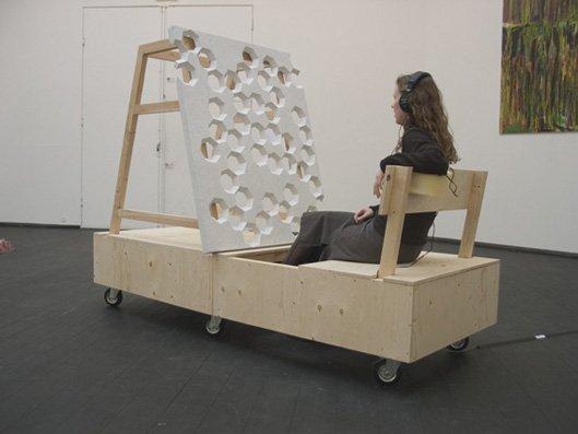 Lyttepost 7, 2005. I samarbejde med komponist Michael Nielen.    Finér, hjul, hvid Carrara marmor og en lydkomposition i 7 takter af Michael Nielen.    Foto: Lene Desmentik